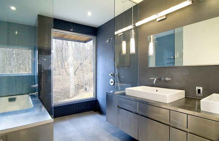 Forest House: modern Bathroom by KUBE Architecture