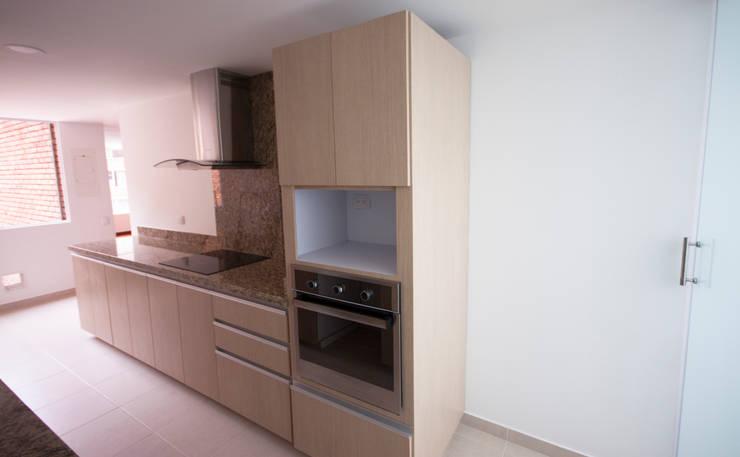 Apartamento Dimaté Gómez: Cocinas de estilo  por AMR estudio