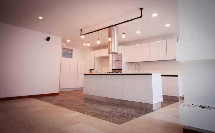 Apartamento Torres Díaz: Cocinas integrales de estilo  por AMR estudio