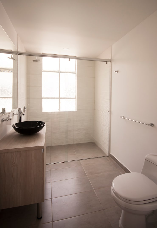 Apartamento FBogliacino: Baños de estilo  por AMR estudio