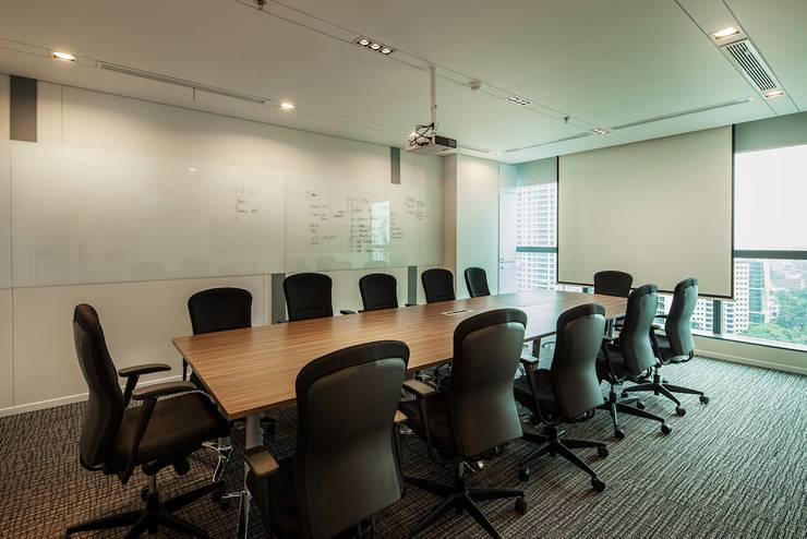 Large Meeting Room:  Gedung perkantoran by Asa Adiguna, PT