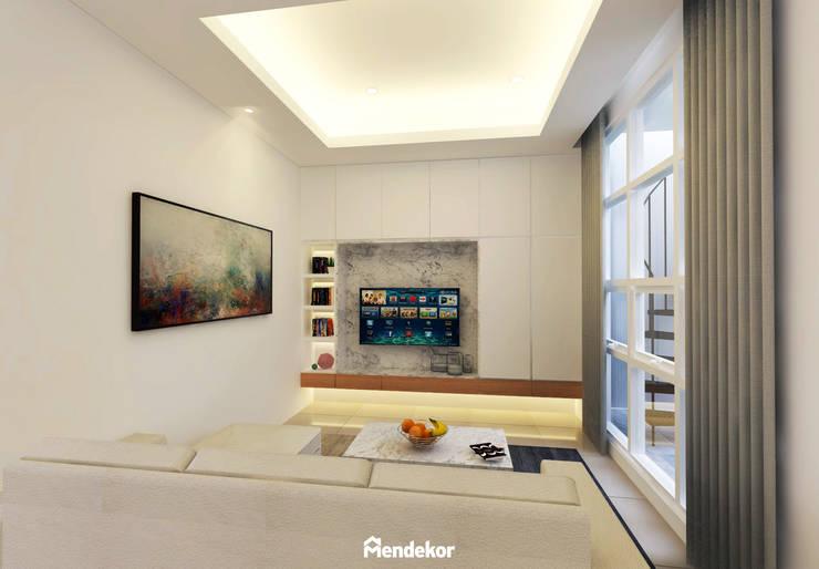 Living Room:  Ruang Keluarga by Mendekor