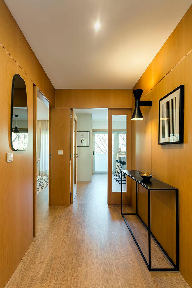 Hall de entrada Tangerinas & Pêssegos: Corredores e halls de entrada  por Tangerinas e Pêssegos - Design de Interiores & Decoração no Porto