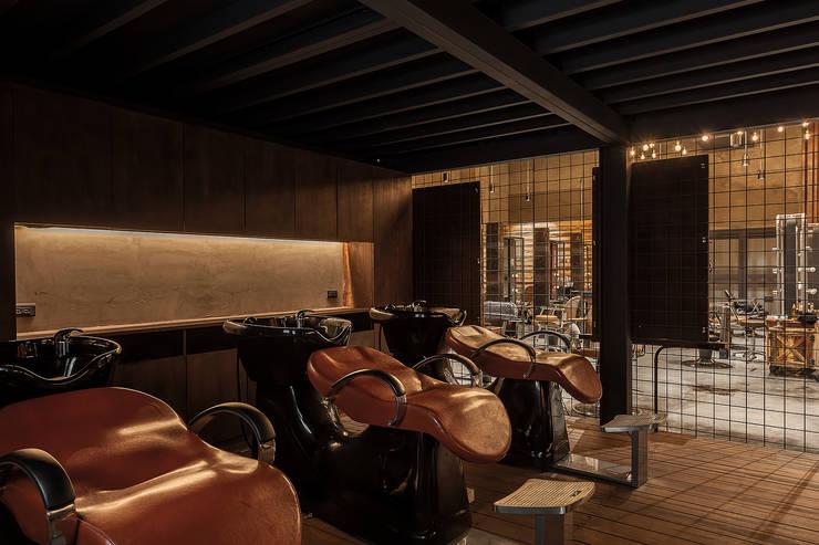 復古風格的洗髮台:  商業空間 by 漢玥室內設計