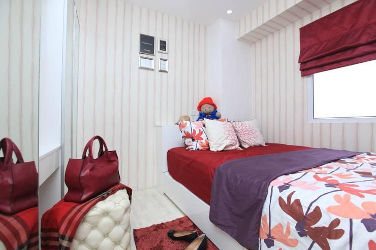 COZY PLACE FOR WEEKEND GETAWAY @ GREEN PRAMUKA APARTMENT, EAST JAKARTA:  Kamar Tidur by PT. Dekorasi Hunian Indonesia (DHI)