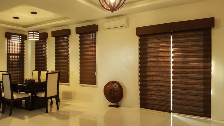 Combi blinds, Woodlook, with pelmet:  Windows & doors  by Vindows Blinds & Curtains