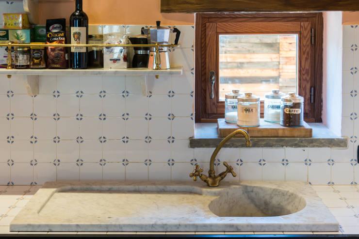 Cascina I Ronchi: Cucina in stile  di Andrea Chiesa è Progetto Immagine