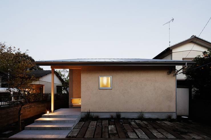 大きな窓で繋がる家: 前田工務店が手掛けた木造住宅です。