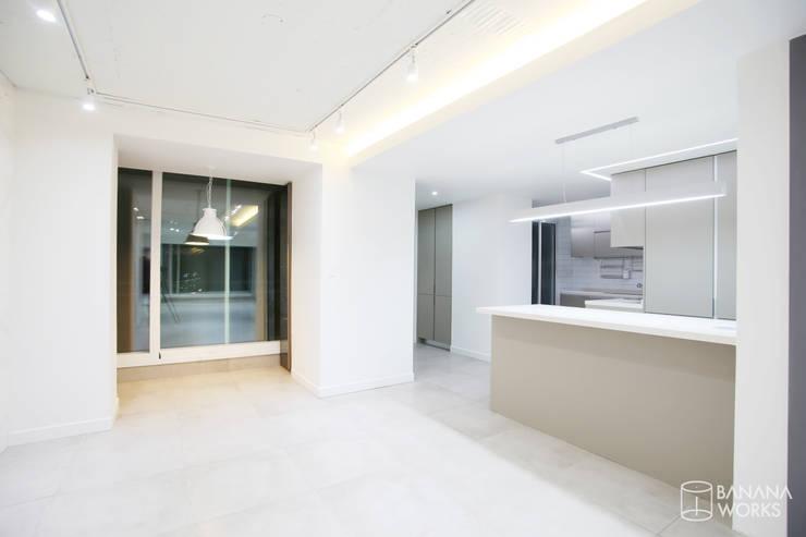 압구정 현대 아파트 인테리어 리모델링(52py): 바나나웍스의  거실