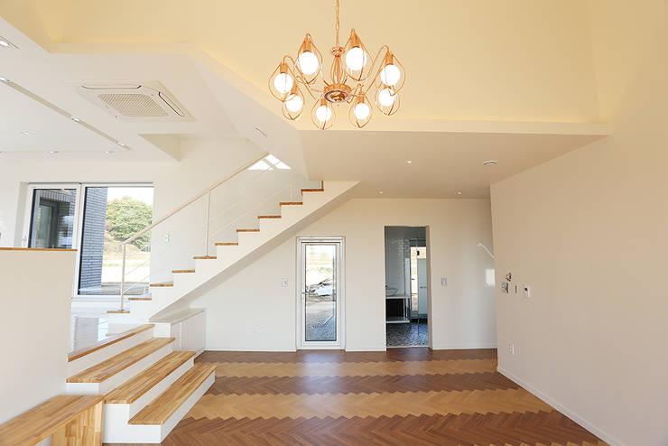 진원면 단독주택: 인우건축사사무소의  계단,