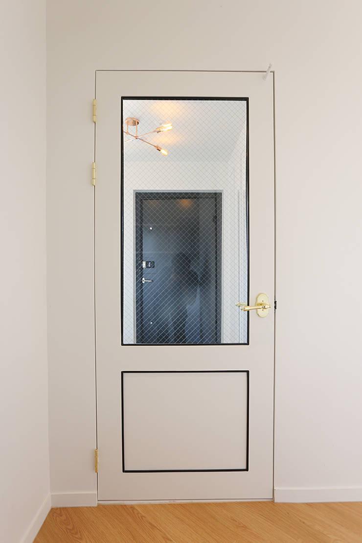 진원면 단독주택: 인우건축사사무소의  문,