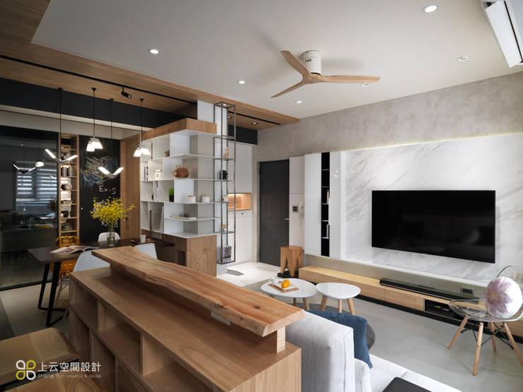 【溫潤雋永-住辦合一宅】:  客廳 by 上云空間設計