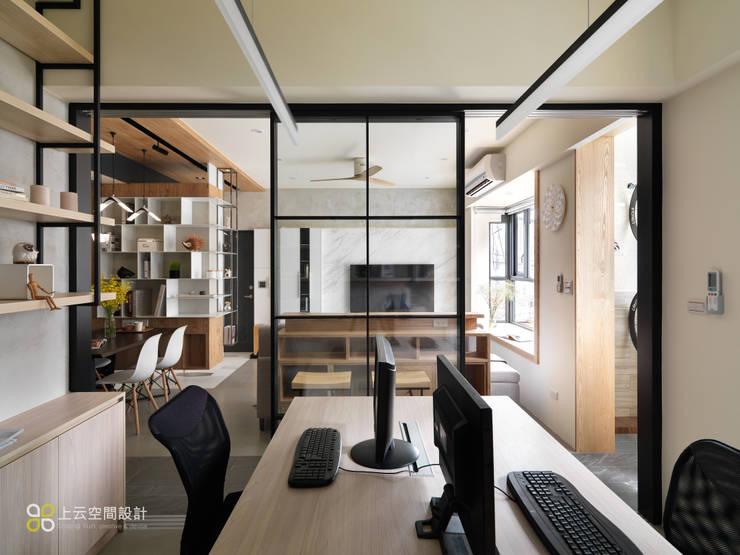 【溫潤雋永-住辦合一宅】:  書房/辦公室 by 上云空間設計