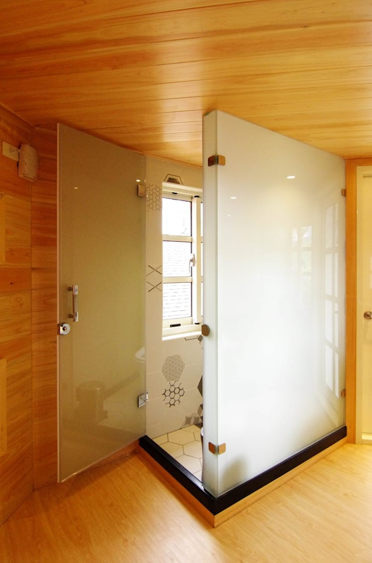 知名莊園樹屋民宿,享受放鬆愉悅的淋浴空間!:  玻璃門 by 中圓泰 / 淋浴拉門