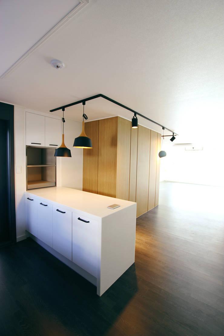 Cocinas de estilo  por 더홈인테리어, Moderno