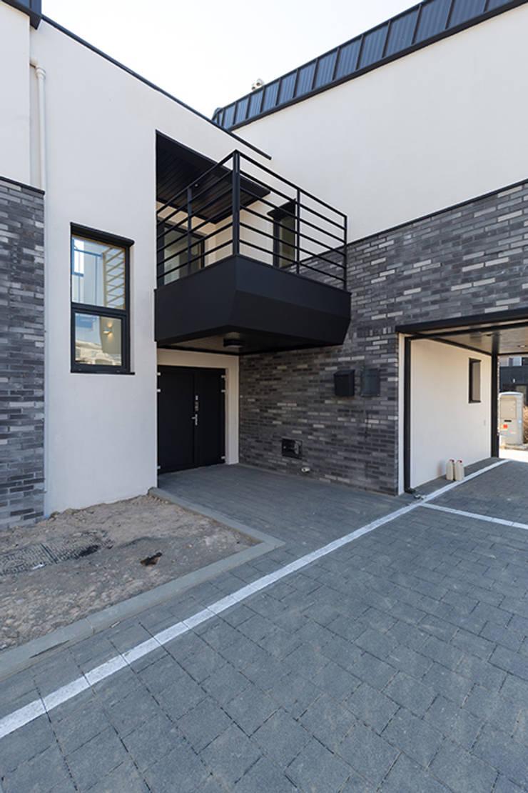 상상재 _ 청라 단독주택: 디자인랩 소소 건축사사무소의  다가구 주택