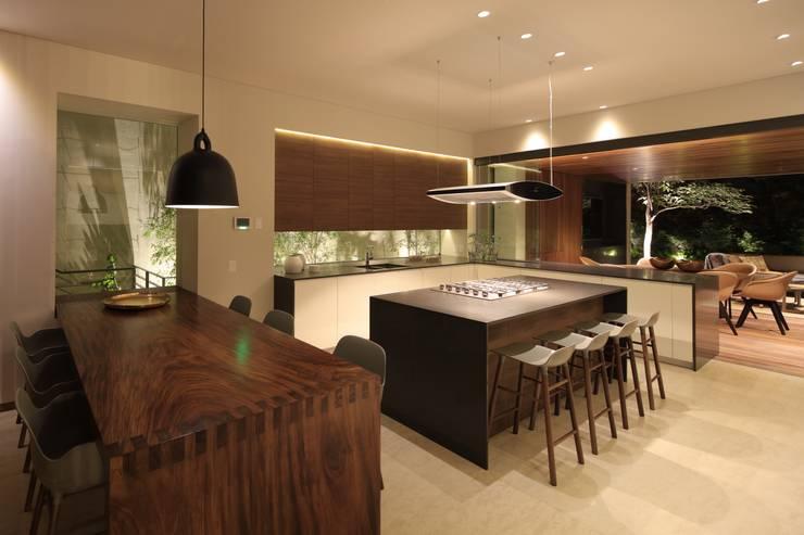 HNN HOUSE: Cocinas de estilo moderno por Hernandez Silva Arquitectos