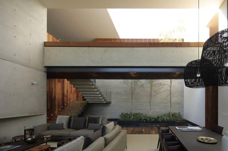 HNN HOUSE: Pasillos y recibidores de estilo  por Hernandez Silva Arquitectos