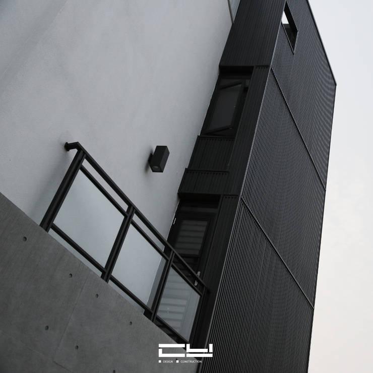 台南市安平區/老宅翻修/黑白之間:  獨棟房 by 臣月空間工程