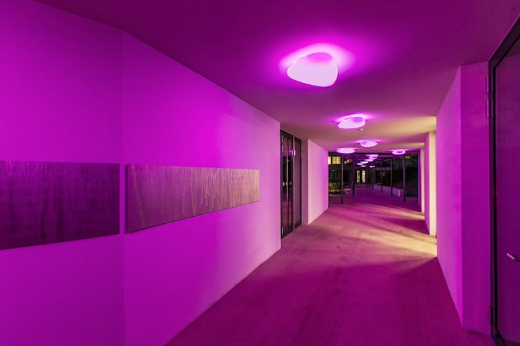 Stone Rgb Led: Hoteles de estilo  de Alma Light