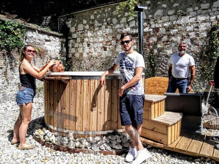 Hottub Fiberglas met geïntegreerde kachel Thermohout Wellness Royal:   door TimberIN hot tubs en sauna's , Scandinavisch