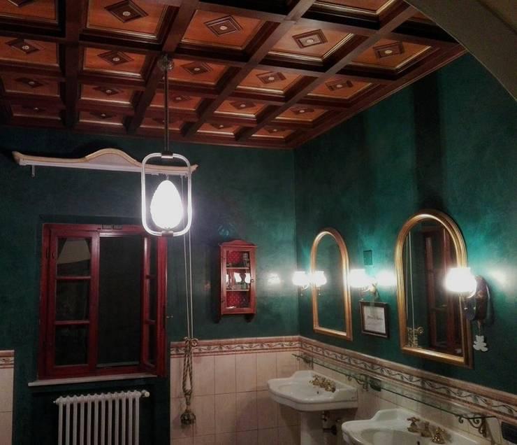 Soffitto a Cassettoni: Bagno in stile  di Falegnameria Grelli Danilo
