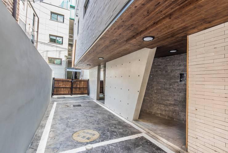 근린생활시설 단독주택: 집으로의  차고,모던