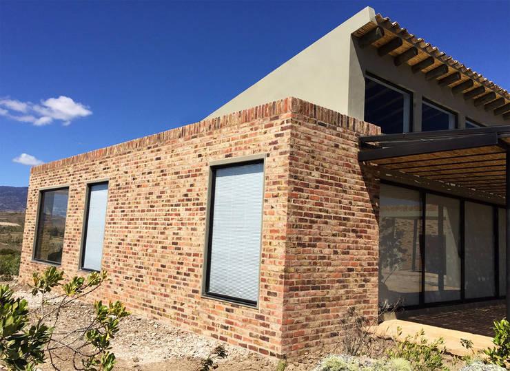 Casa DV: Casas de estilo  por AMR ARQUITECTOS