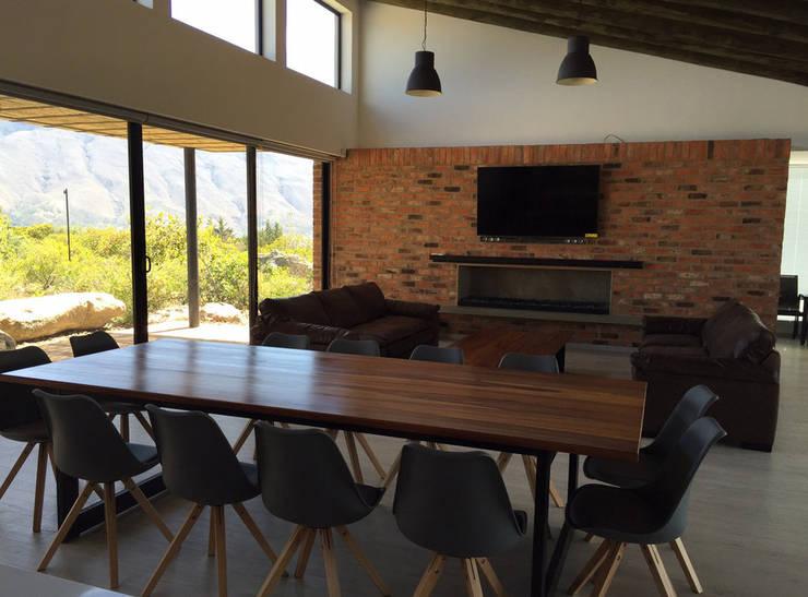 Casa DV: Salas de estilo  por AMR ARQUITECTOS,