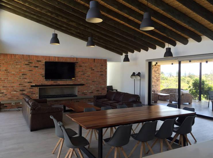 Casa DV: Salas de estilo moderno por AMR ARQUITECTOS