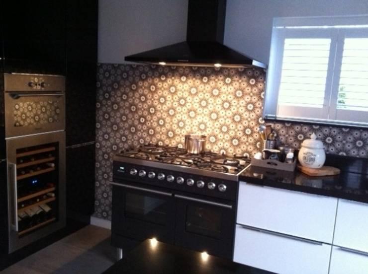 Gạch trong bếp - Kitchen tiles:  Nhà hàng by Secoin Corporation