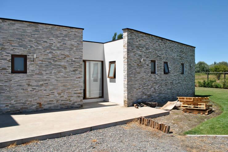 Casa Bravo: Casas de estilo  por AtelierStudio