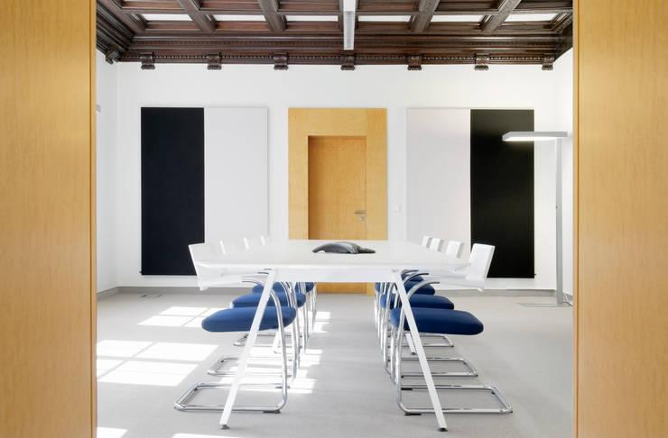 THEOPARK Rechtsanwalts und Steuerkanzlei - Konferenzraum:  Geschäftsräume & Stores von Marius Schreyer Design
