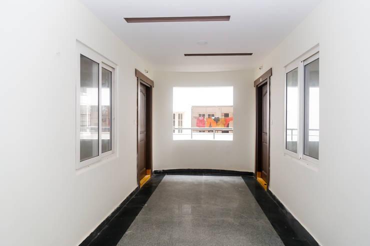 Ms. Shilpa Kondapur Site:  Corridor & hallway by Ghar Ek Sapna Interiors