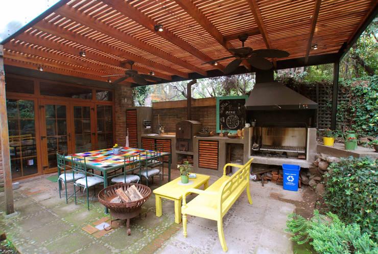 Quincho colorido: Terrazas  de estilo  por Selica