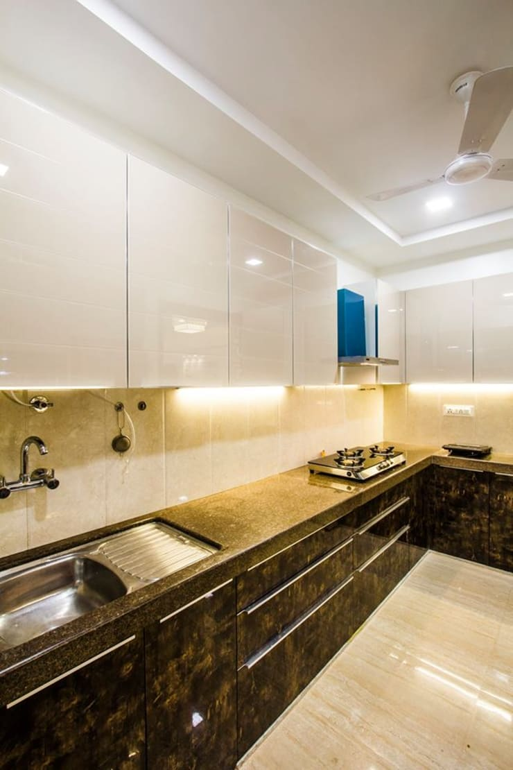 DR.VENKATESH AND DR.MADHUSHREE:  Kitchen by PSQUAREDESIGNS