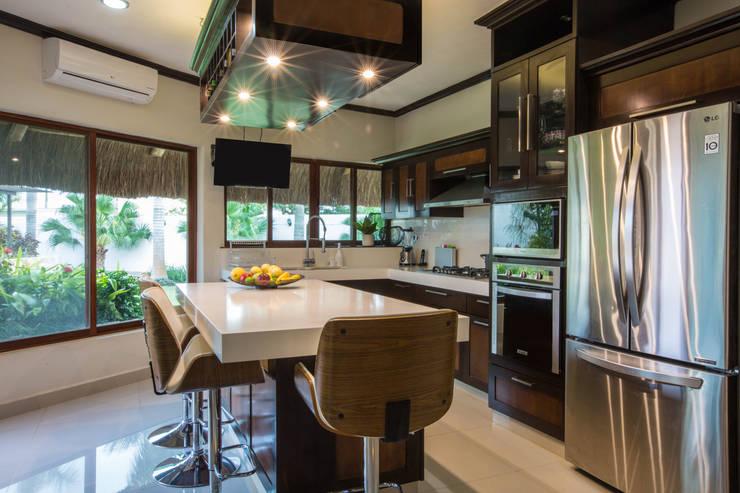 Cocina Integral de Lujo con Isla: Cocinas equipadas de estilo  por Heftye Arquitectura