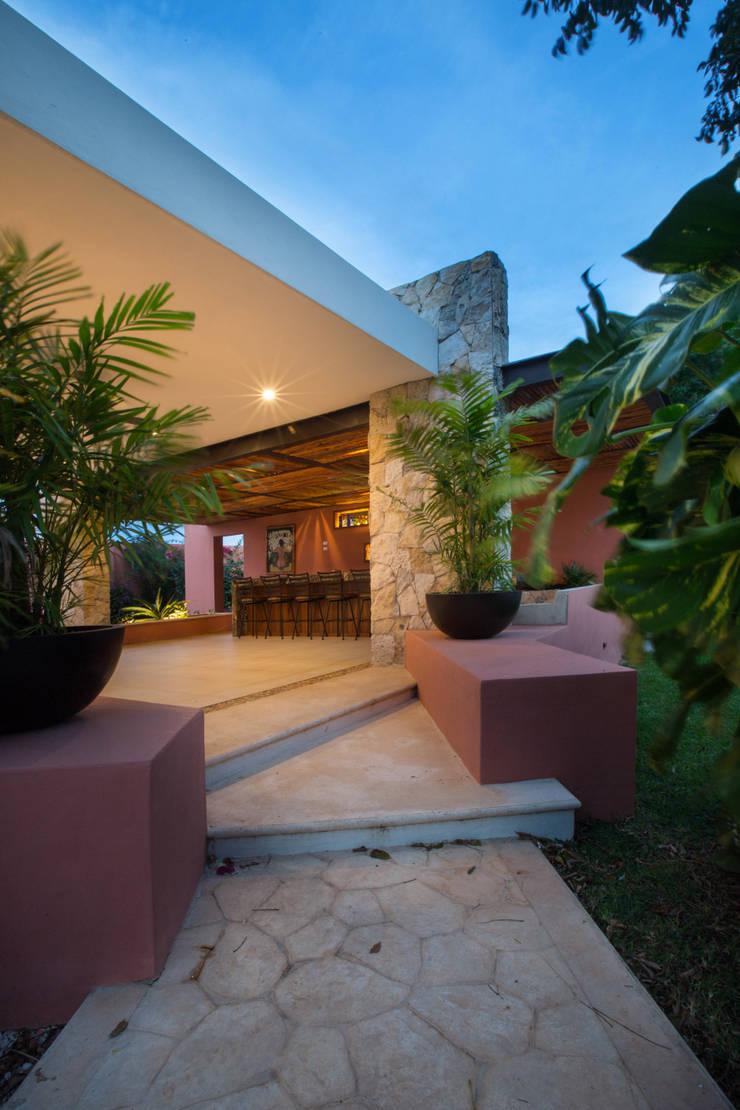 Terrazas de estilo  de Heftye Arquitectura, Moderno Caliza