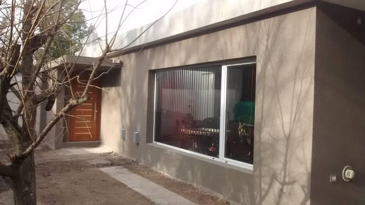 Fachada de frente: Casas unifamiliares de estilo  por Arquitectura Bur Zurita
