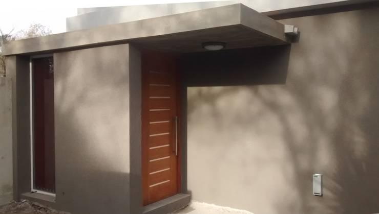 Acceso principal: Puertas de madera de estilo  por Arquitectura Bur Zurita