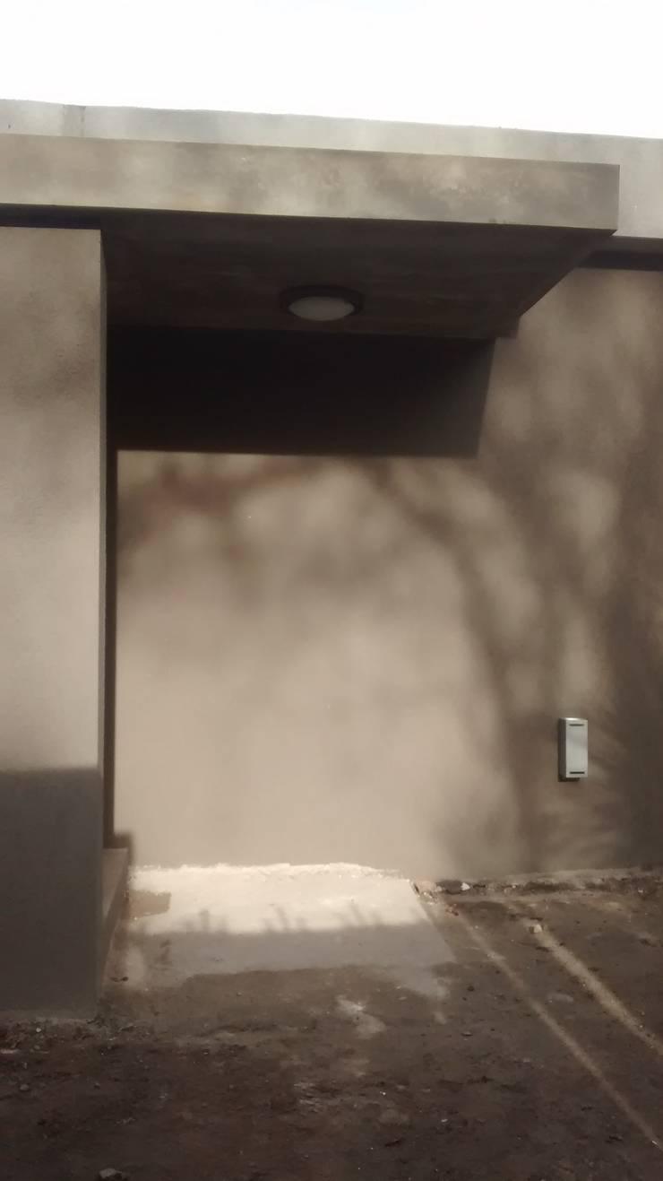 Acceso principal: Pasillos y recibidores de estilo  por Arquitectura Bur Zurita