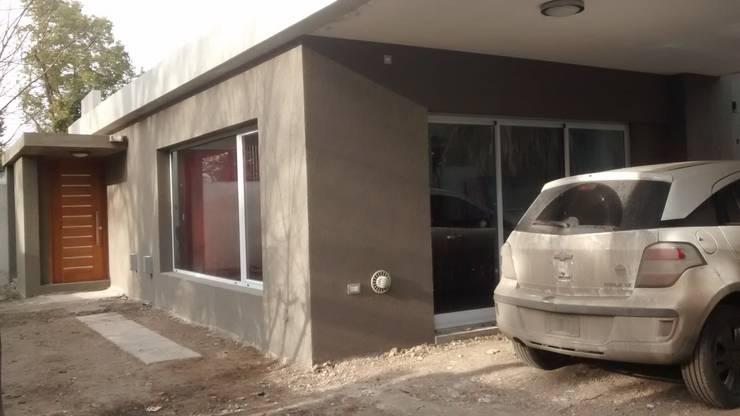 Semicubierta de usos varios - parrilla y cochera: Cocheras abiertas de estilo  por Arquitectura Bur Zurita