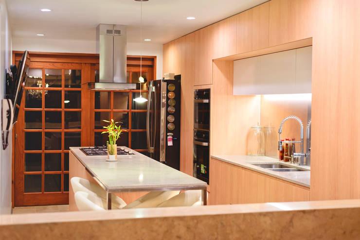 FAMILY KITCHEN: Cocinas equipadas de estilo  por Chetecortés
