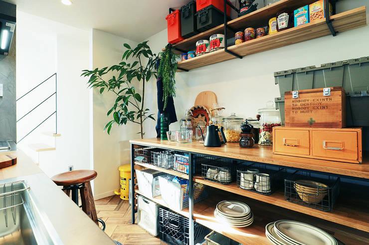 Armarios de cocinas de estilo  por オレンジハウス