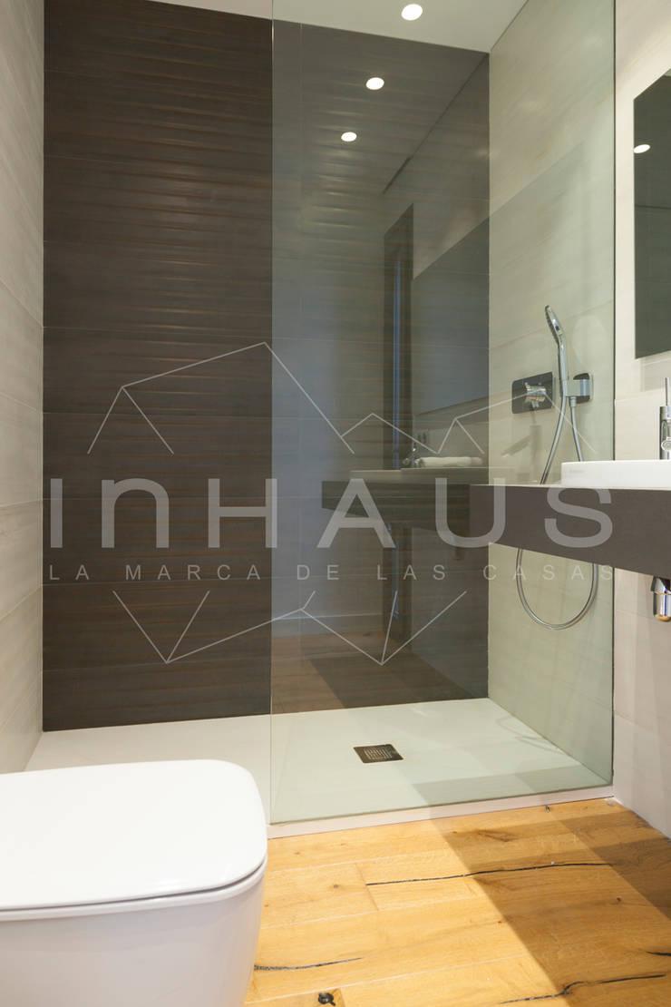 Badezimmer von Casas inHAUS, Modern