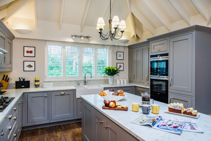 Mr & Mrs T, Oxshott:  Kitchen by Raycross Interiors