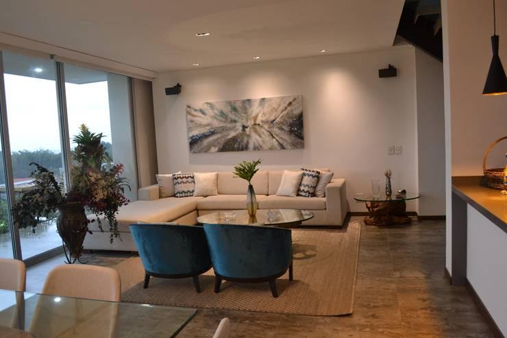 Casa Gaviria: Salones de estilo  por Visual Arquitectos,
