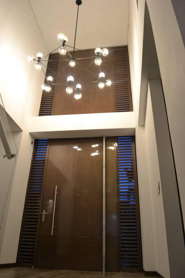 Casa Gaviria: Vestíbulos, pasillos y escaleras de estilo  por Visual Arquitectos,