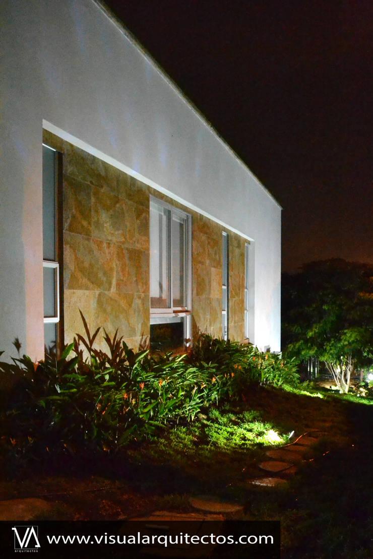 Casa Gaviria: Casas de madera de estilo  por Visual Arquitectos,