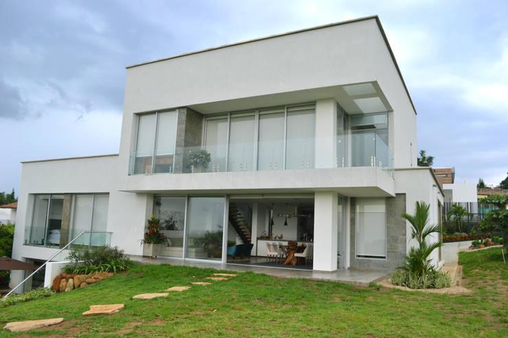 Casa Gaviria: Casas de madera de estilo  por Visual Arquitectos